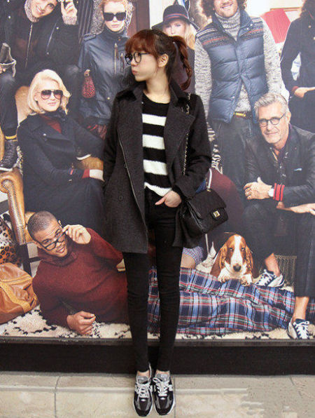 黑白条纹T恤+黑色翻领外套+紧身裤