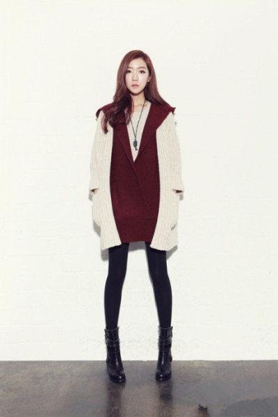 酒红色毛衣+米色开衫+裤袜