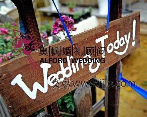 木质迎宾牌搭配栅栏式花圃设计,为婚礼增添更多西式美丽