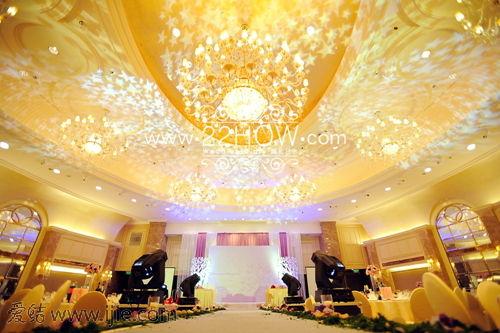 宴会厅舞台全景,整体简约素雅,结合灯光变化出多样的效果.
