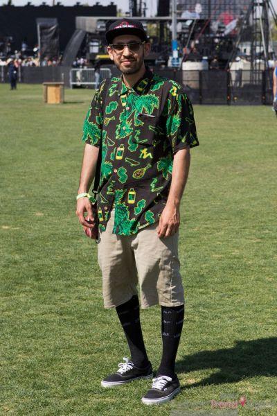绿色花衬衫搭配卡其色短裤
