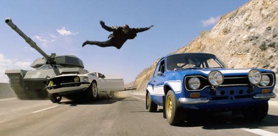 1969 款道奇 Charger Daytona 成了主角 Dominic 的座驾,而电影中的这款车并非出自道奇生产线的原始产品,而是影片剧组向生产商定制的专业道具车。