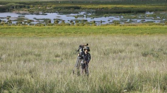 乔乔装扮成狙击手,远远静观野生动物的活动