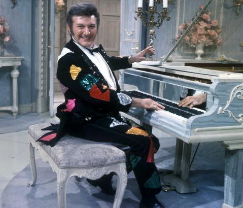 身着华丽服装登台演奏的李伯拉斯, 摄于 1969 年。
