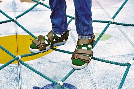 彩袜配凉鞋是当下的时髦搭法
