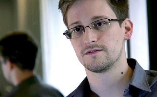"""美国""""棱镜""""监控项目揭秘人、前中情局雇员爱德华-斯诺登。"""