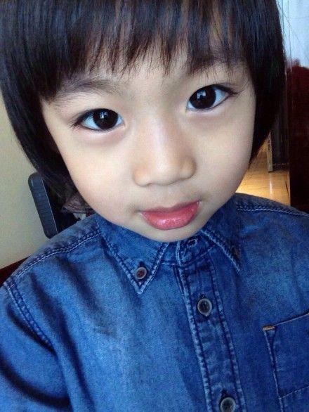 照片中kimi一双完美的双眼皮大眼睛十分有漂亮,神似林志颖.