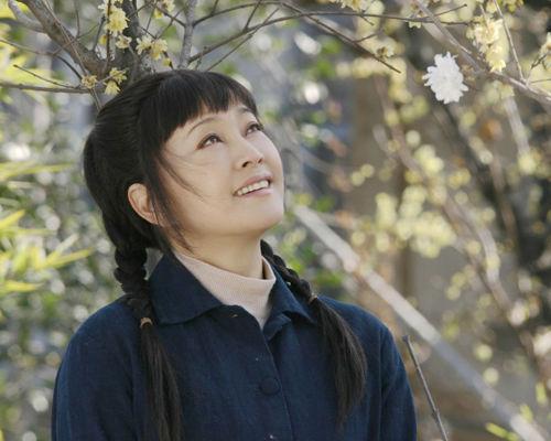 整体采用最安全的色调让刘晓庆阿姨显得特别年轻