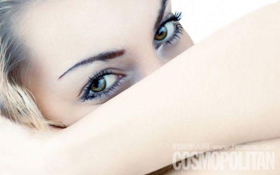 建议以按摩促进眼霜吸收
