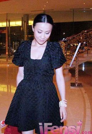 中分束发加上黑色短款小礼服,性格美女完美塑造