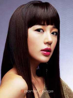 发型重点是刘海够厚够齐,长发要够直,发梢也要剪成齐的,但注意发丝要