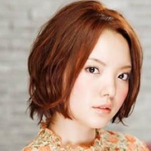 颇具人气的中分短卷发发型-2010最受宠的潮流卷发 红铜色系染发图片
