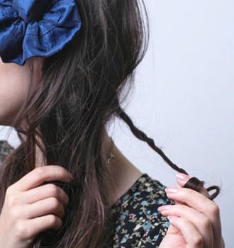 浪漫蓬松感的辫子   头发绑在耳朵两侧,分为两个小辫子.