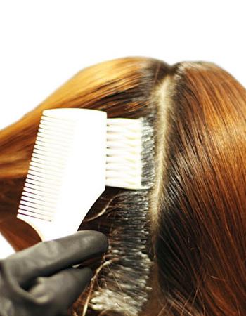 将头发分区涂抹