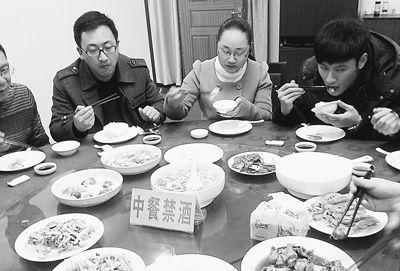 温州市司法局一行6人在乐清工作结束后到这里用餐.记者要来了菜单