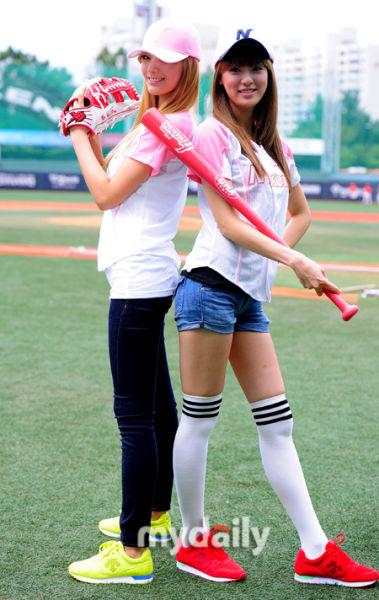 穿着白袜子的女小学生-明星运动装造型 纯真活泼PK性感迷人