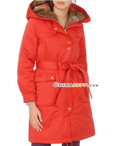 西瓜红色羽绒长大衣,帽子内层的皮草设计平添一分