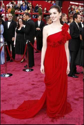 一身红色斜肩礼服走在好莱坞红地毯上,前胸红色褶皱大花很大气.