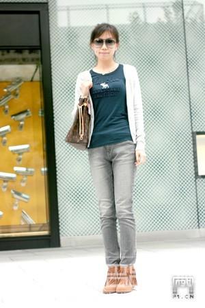 烟灰色的牛仔裤搭配流苏靴也很得体
