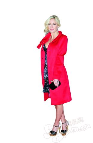 光泽晚礼裙 藏于大衣-12款流行又实用的聚会装 让你亮丽出镜
