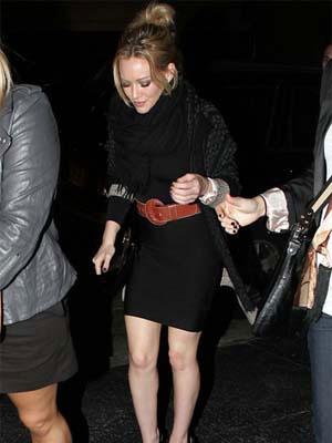 黑裙子黑披肩确实突出了大腰带