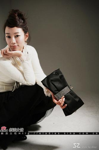 蝴蝶结样式黑色手包精巧华丽,拿着它走红毯也绝对毫不逊色