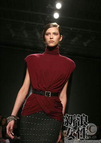 深红色的掐腰上装配合帅气腰带