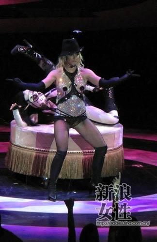 组图:美女或野兽?布兰妮巡回演唱会造型逐个看
