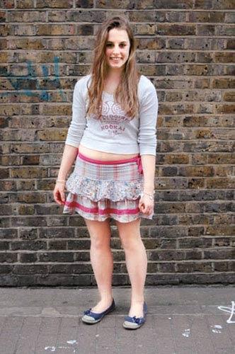 白色t恤搭配层次丰富的粉色格纹短裙
