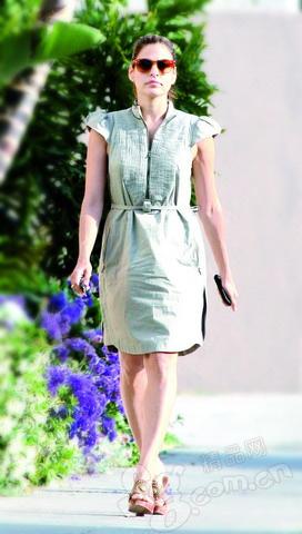 粗布裙子的最大亮点是两肩的设计,廓型至上提升了裙子的质感