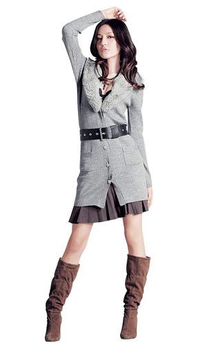 长款针织大衣搭配散摆迷你裙