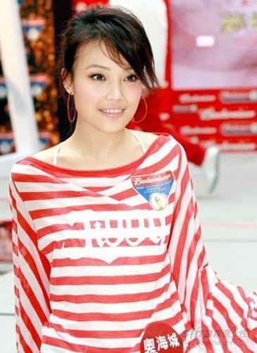 大美人的红白条纹装青春甜美