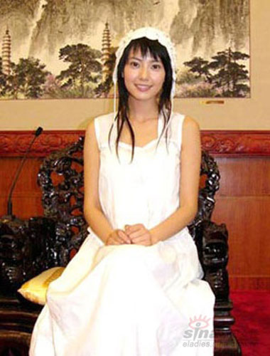 闲适的白色棉布连身裙孩子般纯净
