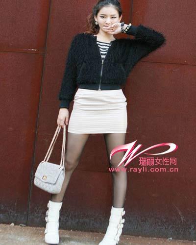 黑色毛毛外套+白色迷你裙+黑色�z�m