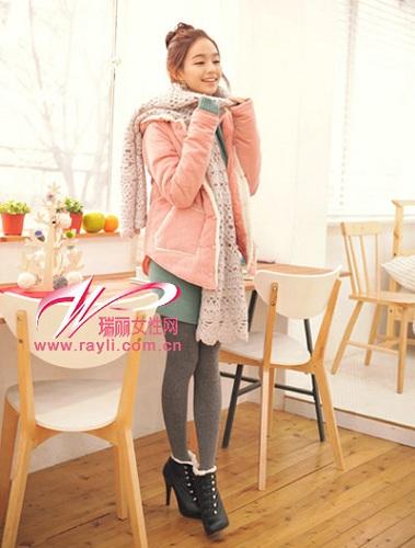 粉色连帽毛绒里衬棉质外套搭配镂空针织围巾