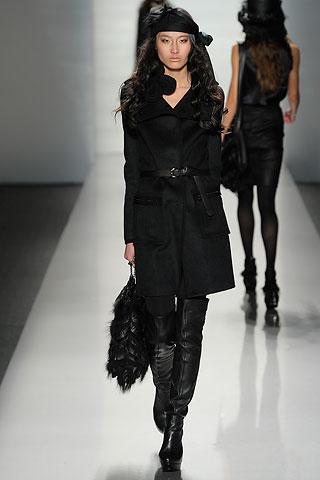 黑色风衣搭配长靴打造干练女性