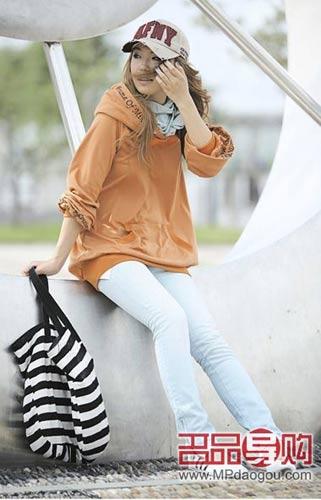 休闲衫手感柔软,与紧身牛仔裤的结合,大方时尚