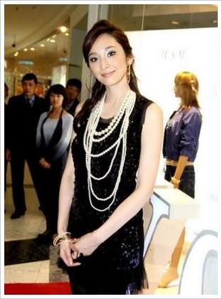 黑色裙装搭配珍珠项链,这可是香奈儿女士最推崇的搭配哦