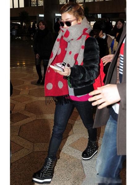 可爱的luna毛毛短款外套搭配圆点围巾低调现身机场