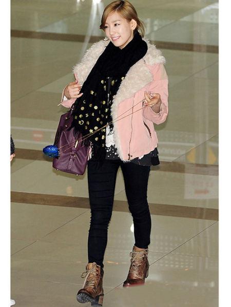 泰妍身穿粉色翻领外套+牛仔裤