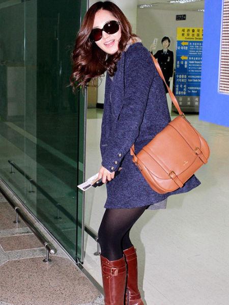 Yuri身着粗花呢大衣+皮靴美丽现身
