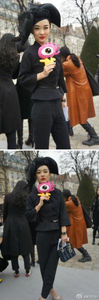 霍思燕选择黑色羽毛帽与黑色套装 进行搭配