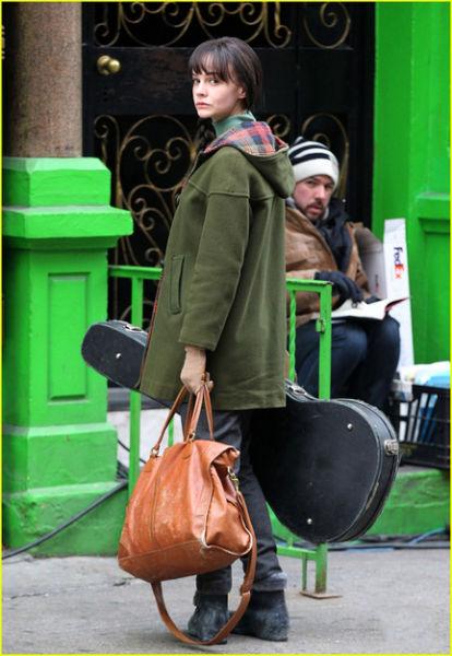 Carey Mulligan宽大的军绿色外套