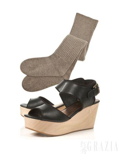 Topshop木质厚底凉鞋,$100;Vanessa Bruno灰色棉袜,$61