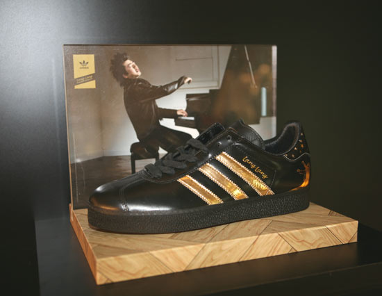 08年8月,adidas Originals宣布与世界顶尖的天才钢琴家郎朗合作,重新设计1968年出品的adidas Originals标志性鞋款Gazelle,推出此款鞋的特别版