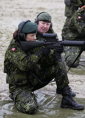 丹麦王妃不爱红装爱武装穿作战服参加军训(图)