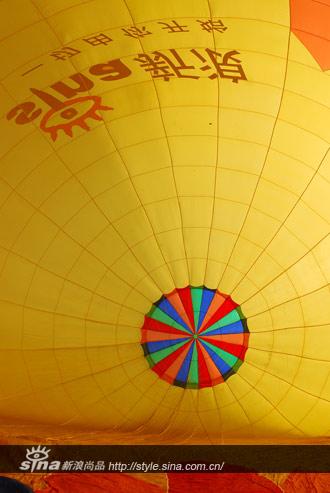 热气球比赛前准备起飞