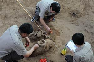 秦俑一号坑工作人员正在细心发掘