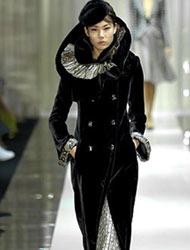 杨芳在纽约时装周T台上走秀