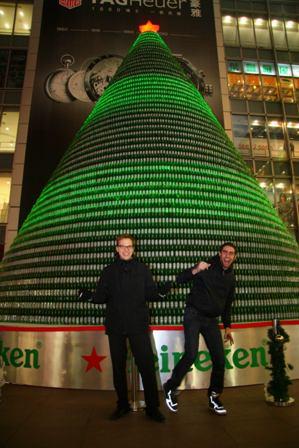 这棵圣诞树高达14米,由30多层组合而成,以超过12000只喜力酒瓶搭建